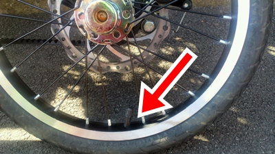 偽STRIDAの後輪がパンク、バルブがズレている