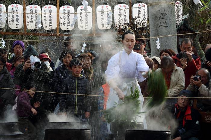 三輪坐恵比須神社 湯立神楽4