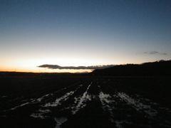 [写真]農園前の田んぼから見る日の出の様子