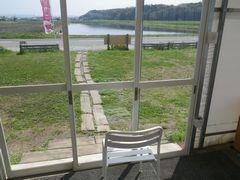 [写真]受付ハウス内から見た三舟山方向の風景(目の前には水が張られた田んぼが広がる)