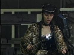 焼印をガスバーナーで炙るリエ女王様