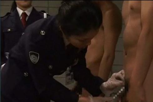 平常時のペニスの長さを女性看守に測定される受刑者