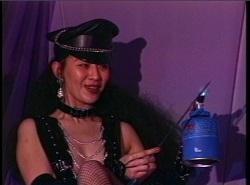 バーナーで鉄串を炙る女王様