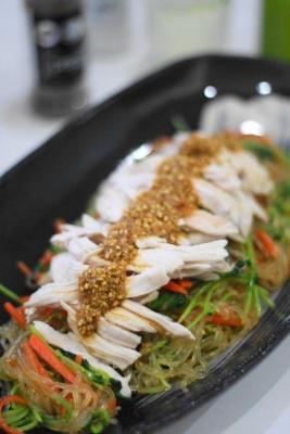 レンジ蒸し鶏と豆苗のごちそう春雨サラダ1