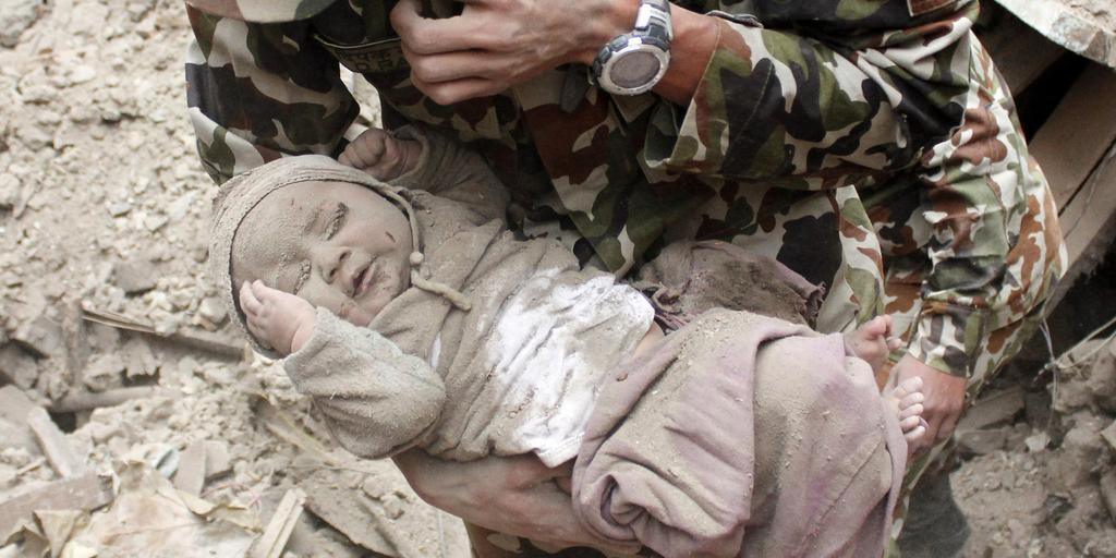 【ネパール大地震】5カ月の赤ちゃん、がれきの中で生きていた