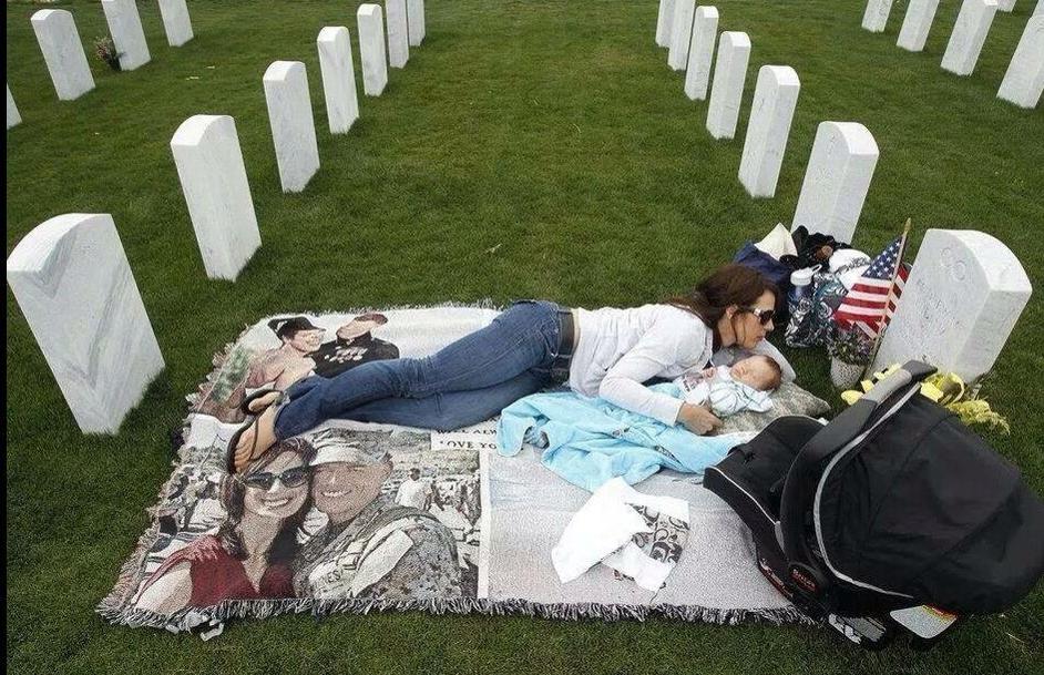 父を知らない、抱かれない、会えない幼児と、墓の前で