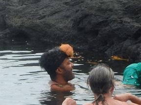 20150815 ココナッツの殻を頭につけるお兄さん