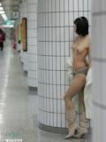 韓国美女 地下鉄駅構内 露出ヌード画像 14