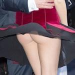 スーパーモデル Behati Prinsloo(ベハティ・プリンスルー)のスカートがめくれて美尻チラ