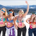 ロシアのスキー場で1835人の男女が水着になるギネス記録