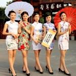 中国・成都のスチュワーデスがチャイナドレスで観光アピール
