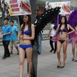 中国・瀋陽の街中でビキニ美女がプロモーション