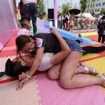中国・南京で男女が人前で抱き合って転がるイベント