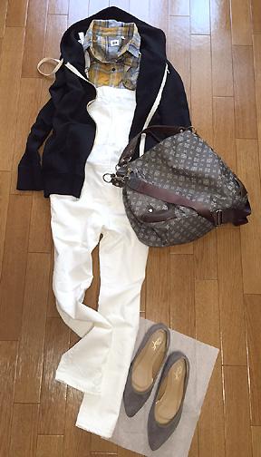 「白サロペット&チェックシャツ」に女靴を合わせる