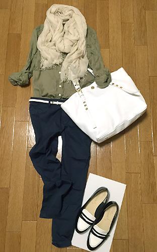 「カーキシャツ×ネイビーパンツ」のプチプラ通勤コーデ