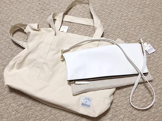 キャンバス地のビッグバッグと白の合皮ショルダーバッグです