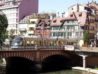 古い橋をスマートなトラムが渡るdownsize