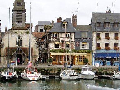 おとぎ話の風景のような旧港の家並みdownsize