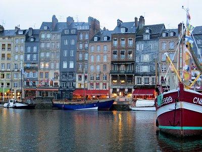 まだ灯が残る夜明けの旧港downsize