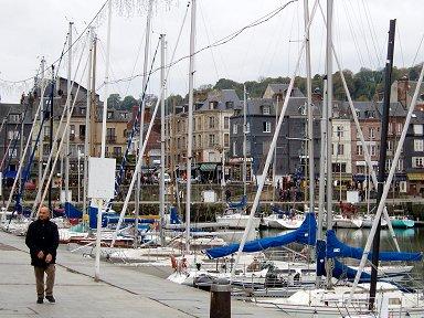 旧港を散歩するオジさんdownsize