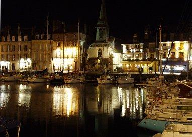 水面に灯を映す夜の旧港REVdownsize
