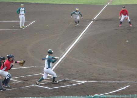 P5112933花園1回思表1死三塁から3番和泉が三遊間打を放ち1点先制