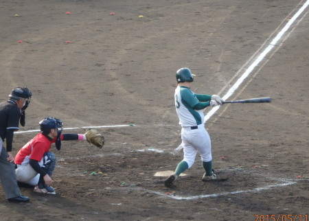 P51129675回表花園1死一、二塁から和泉が右中間打を放ち1点追加