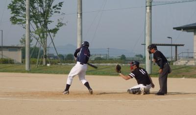 P5273444県庁球友会6回裏2死一、三塁から6番が左中間にサヨナラ打を放つ