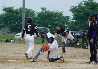 P60736907回表1死満塁から山嵜の四球押し出しでホームインする中川