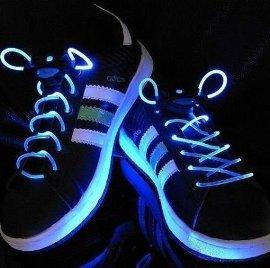 光る靴ひも