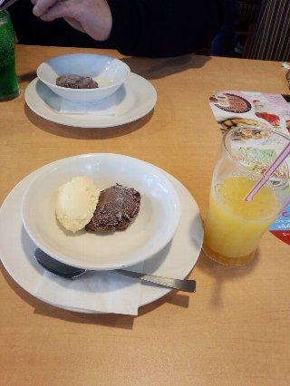 アイスクリームとオレンジジュース