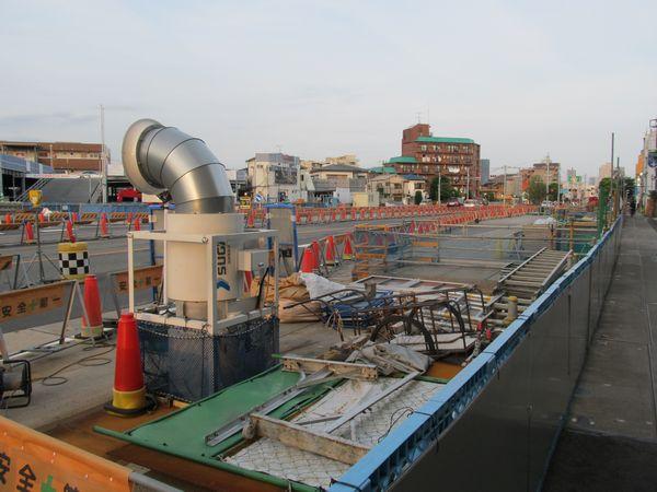 B線側の地上作業帯。円筒形の物体は地下の作業現場に空気を送る送風機。