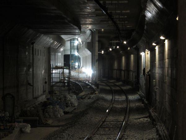 奥をアップ。保守用側線のトンネルが取り壊され、連絡線の軌道敷設が進む。