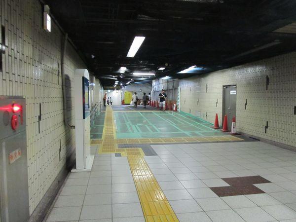 千川駅1・2番出入口に向かう通路は連絡線の工事に伴い床が嵩上げされた。