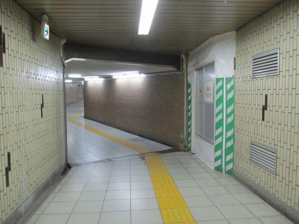 1番出入口につながる通路の途中に開けられた工事用の出入口。