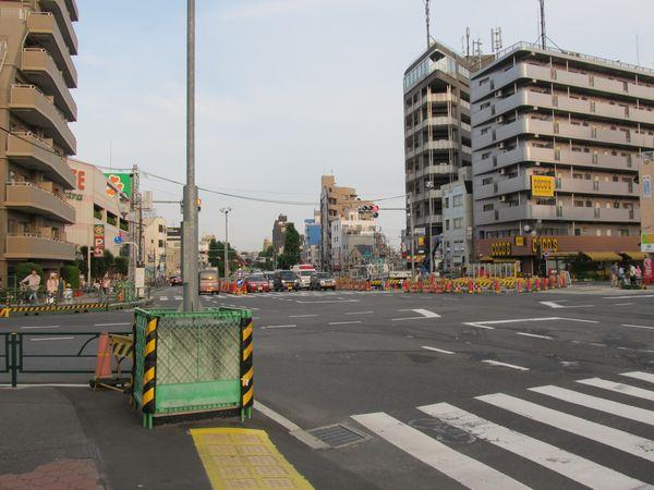千川駅の地上。A線側の作業帯(左)は廃止になり、B線側に作業帯(右)が設けられた。