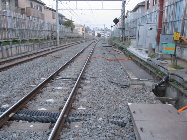 軌道がわずかに移設された中井7号踏切付近。踏切から西武新宿方面を見たところで、上下線とも左側に1mほど軌道を寄せている。