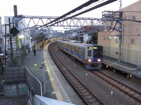 新井薬師前駅の駅舎とホーム