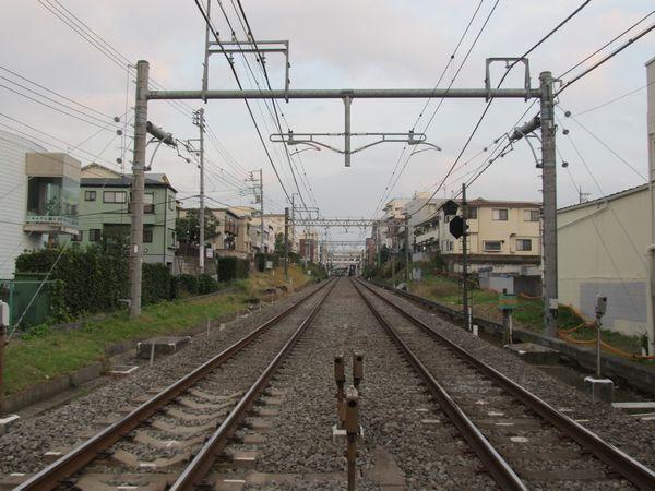 新井薬師前~沼袋間で交差する中野通りの踏切(新井薬師前2号踏切)から西武新宿方面を見る。