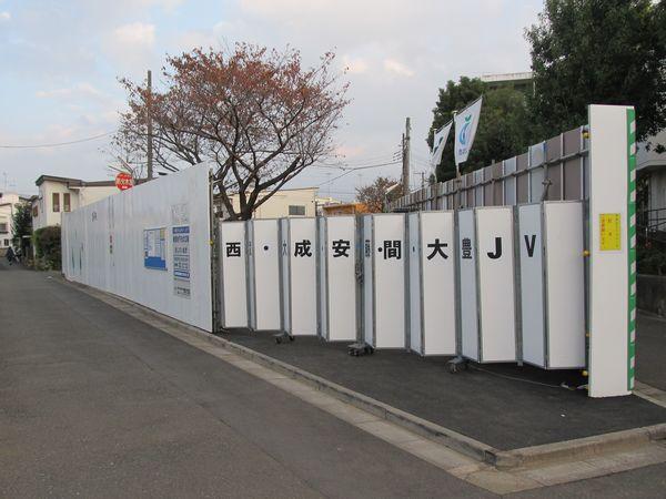 駅間中央付近の公園に設けられた資材置き場。
