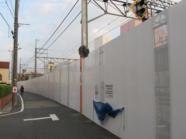 野方駅手前は掘削準備のため背の高い柵で覆われている。