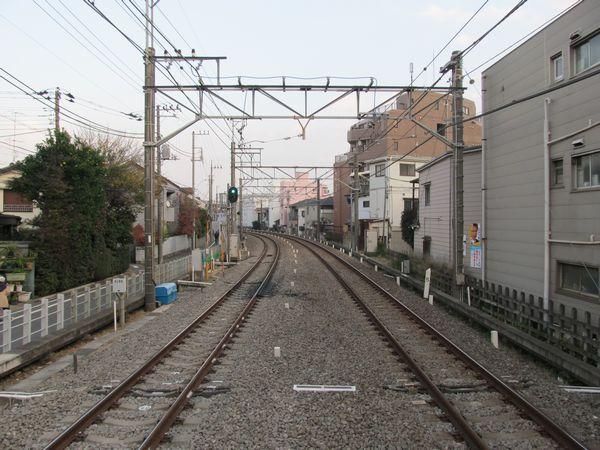 野方駅のホーム端から西武新宿方面を見る。ここに地下線の出口が設けられる。