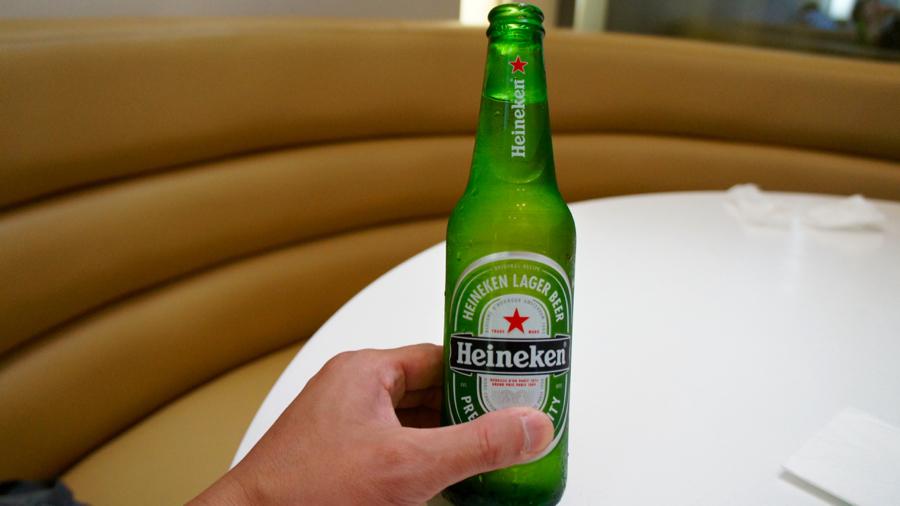 ハイネケンをボトルのまま飲むアメリカンスタイル