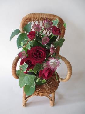 赤バラのアレンジメントフラワ― イス