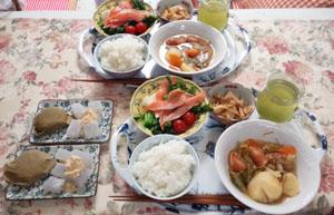 母とお昼ご飯 ポトフ・サーモンサラダ