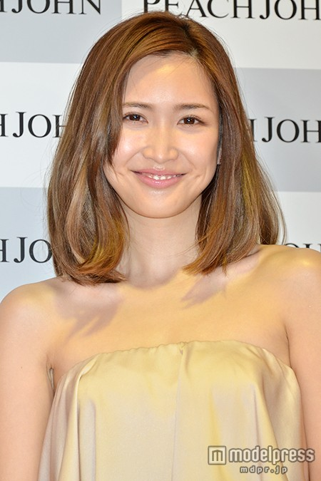 紗栄子、白ビキニ姿で無邪気にスタッフとじゃれあい…大胆美ボディショット連発3