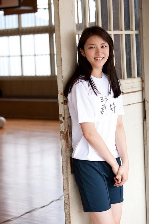 板野友美に同情の声…黒髪イメチェンは「武井咲の影響か?」11