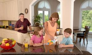 family-drinking-orange-juice-619144_640_convert_20150417093627.jpg