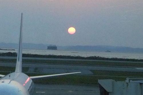 那覇空港に沈む夕日