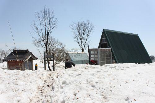 祠と避難小屋